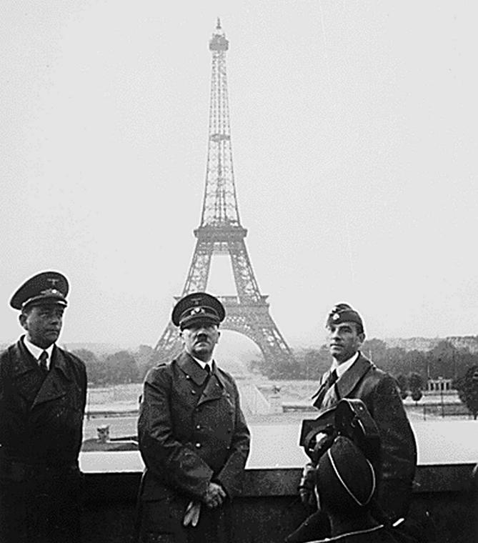 afp. Eiffel-torony 125 éves Nagyítás - 1940.06.23. Adolf Hitler, náci, Párizs, FRANCE, Paris : This file photo taken 23 June 1940 shows Nazi leader Adolf Hitler (C) having his photo taken, standing in front of the Eiffel Tower in Paris, France, with Nazi