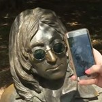 """Íme egy újabb """"fura"""" meló: egész nap John Lennon napszemüvegére vigyáz"""