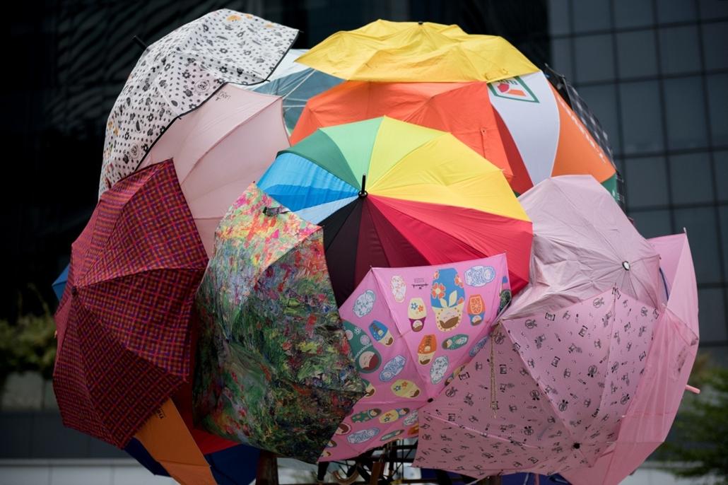 afp. hongkongi tüntetés, Kína, 2014.10.01. esernyők, esernyős forradalom