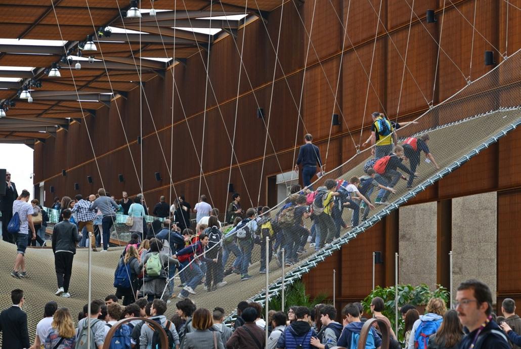 kka.15.05.0y. - Milánó, Olaszország: Világkiállítás - A brazilok kétszintes kiállítótere az ijfjabbik korosztály kedvenc játszótere, a látogatók egy asszimetrikusan kifeszített hálón közlekedhetnek egy jelzésszerűen felépített esőerdő felett.