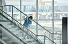 Fertőtlenítő szőnyeggel és térelválasztó plexivel óvják az utasokat Ferihegyen