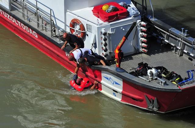 mti.19.06.11. Vízbe esett szakembert mentenek ki a Dunából a balesetben elsüllyedt Hableány turistahajó roncsának kiemelésekor a Margit hídnál 2019. június 11-én