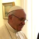 Ferenc pápa: a híveknek annyit kéne böngészniük a Bibliát, mint a mobiljukat