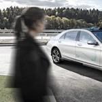 Az S-osztályos Mercedes automata fényjelzéssel kommunikál a gyalogosokkal