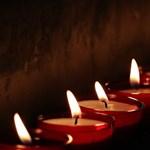 Mécsesekkel emlékeztek a koronavírus-fertőzésben elhunyt tanárokra Budapesten