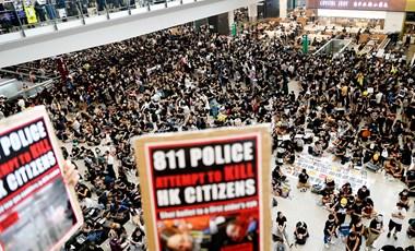 Összecsapás felé halad a hongkongi válság – rohamrendőrök a reptéren, Kína fenyeget