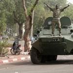 Puccs Maliban: a katonai junta vezetője visszaállítja a régi alkotmányt