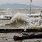 Fotók: Árad a Balaton, elöntötte a fenyvesi strandot