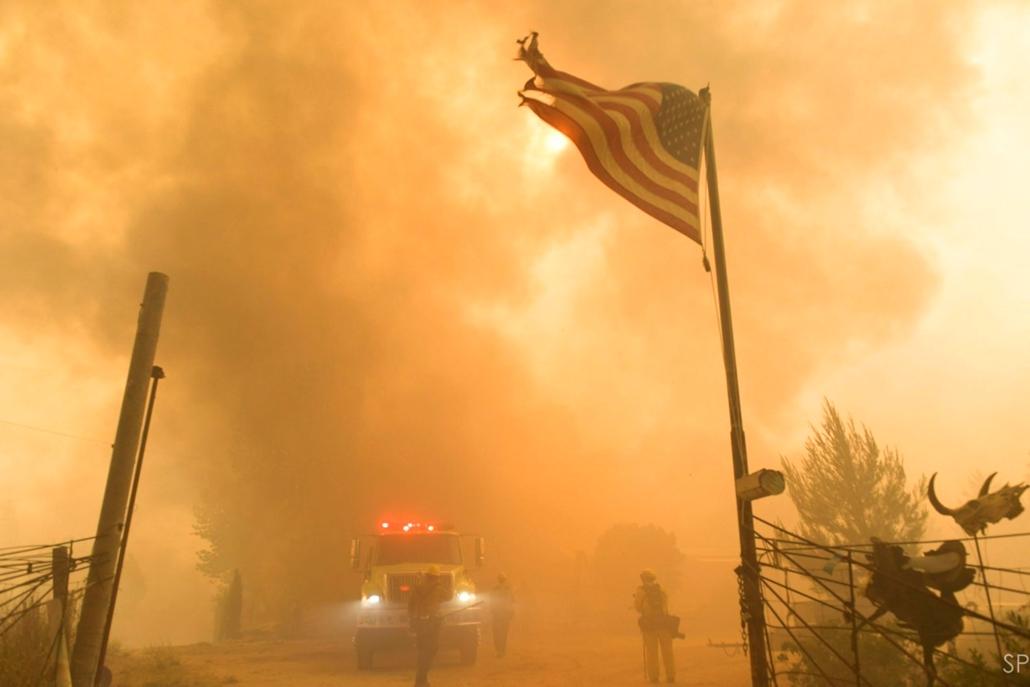 hét képei - 16.06.25. - Tûzoltók a kaliforniai Kernville környékén pusztító erdõtûz helyszínén 2016. június 24-én. A tûz eddig legkevesebb két ember halálát okozta, mintegy száz épület leégett.