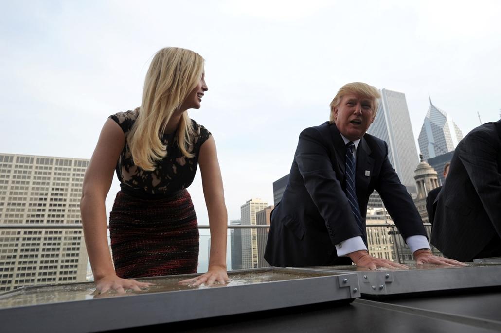 afp.08.12.24. - Chicago, USA: Donald Trump és lánya, Ivanka Trump a Trump International Hotel and Tower sajtótájékoztatóján Chicagoban 2008 decemberében. - Donald Trump nagyítás