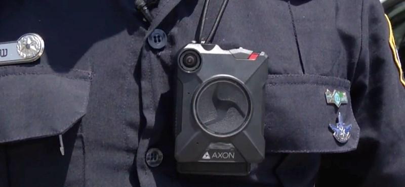 Testkamera rögzítette, ahogy rendőrök kihúznak egy embert a lángoló autóból – videó