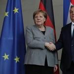Angela Merkelnek még épp időben szóltak, milyen veszélyes a kézfogás