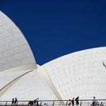 Megosztó reklámmal borítják be a Sydney-i Operaházat, több százezren tiltakoznak