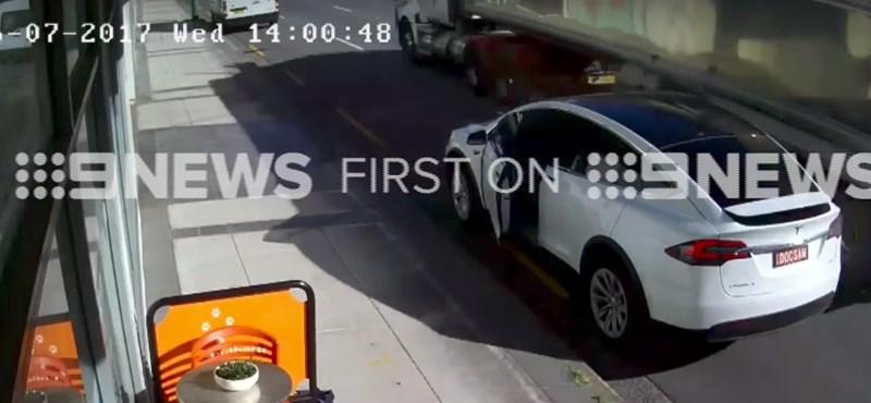 Videó: letépte a kamion a Tesla Model X ajtaját – a cég szerint a sofőr a hibás