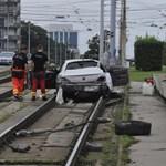 A villamosvágányon kötött ki a balesetező autós a Hungária körúton