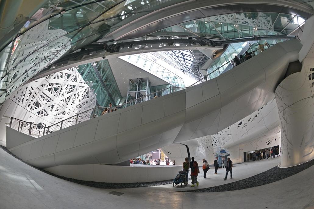 kka.15.05.0y. - Milánó, Olaszország: Világkiállítás - A vendéglátók pavilonjának belső tere is lenyűgöző, kiállítása pedig az olasz gasztronómia legnemesebb hagyományit idézi fel.