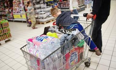 Miután a kormány felfüggesztette a kijárási tilalmat szentestére, a vásárlók megrohamozták a boltokat