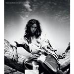 Hind Sahli marokkói modell fával ölelkezik az i-D Magazine-ban