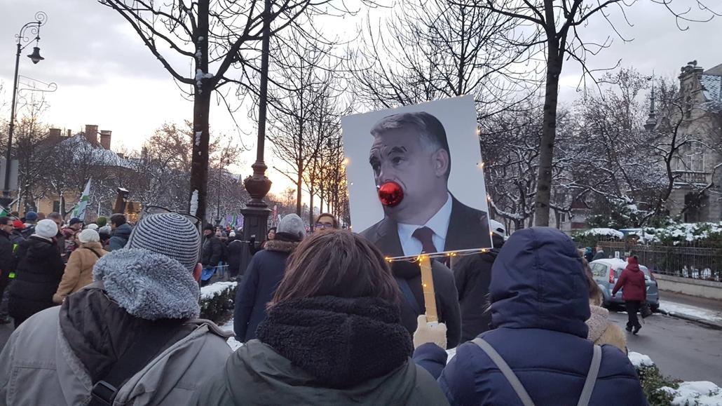 e_! 18.12.16. tüntetés a rabszolgatörvény és a különbíróságok ellen, orbán plakát