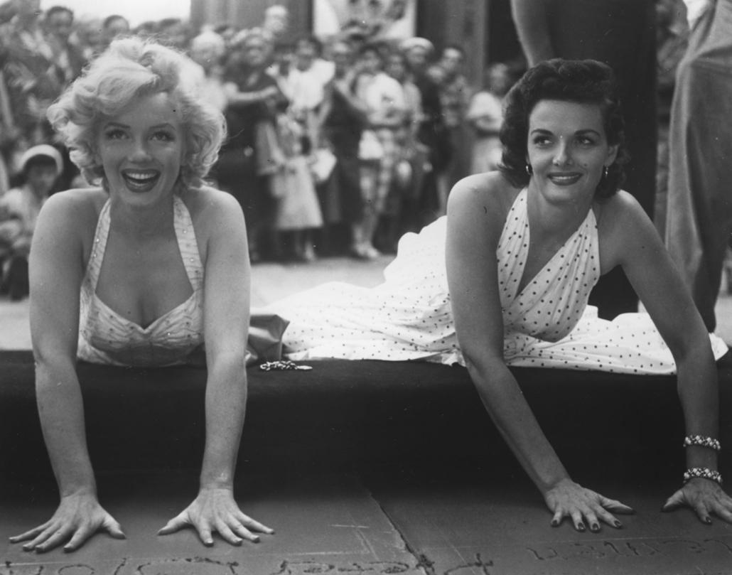 afp.1953. - Egy, a ''Szőkék előnyben'' című filmhez kapcsolódó rendezvényen Jane Russellel 1953-ban. - Marilyn Monroe nagyítás
