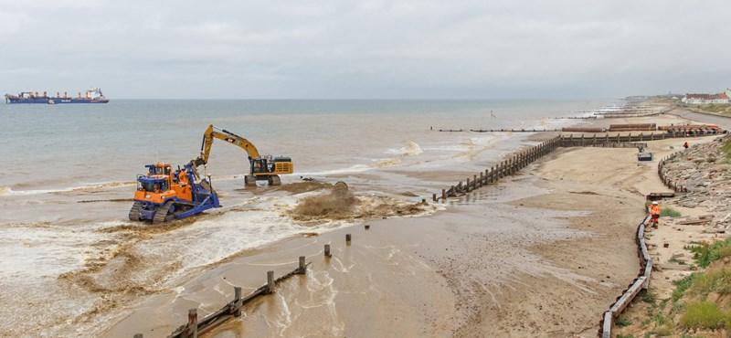 Vészesen emelkedik a tengerszint, de még 20-30 évig bevédhetők a lakók ezekkel a homokdűnékkel