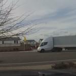 A nap autós videója: méretes vontatmánnyal is elképesztően gyorsul a Tesla villanykamionja