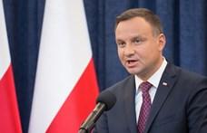Az alkotmányban tiltaná meg a lengyel elnök, hogy azonos nemű párok gyereket fogadhassanak örökbe