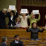 A nőverő Balogh is megszavazta a büntetést a monoklival tüntető Vadainak