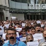 Fotók: leragasztott szájjal tiltakoztak az al-Dzsazíra elítélt újságíróiért