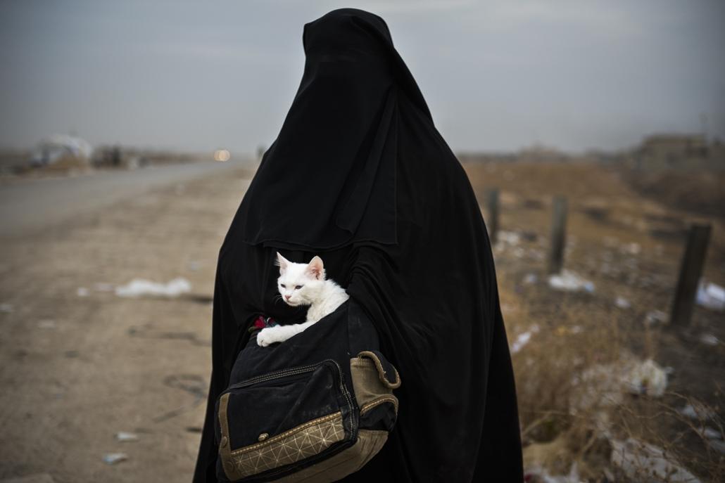 afp.16.11.10. Egy lakóhelyét elhagyni kényszerült nő Moszul külvárosában. Mosul, Moszul