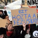"""""""Anyu, add el a házat, diplomát szeretnék"""" - Pécsen is tüntettek"""