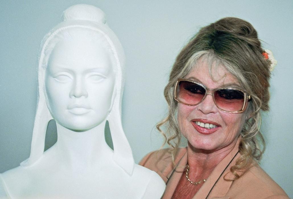 afp.1993.05.11. - Párizs, Franciaország: Brigitte Bardot a a Francia Köztársaság szimbólumával, Mariannevel - nagyítás