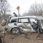 Halálos áldozata és tizenöt sérültje van egy busz és egy autó ütközésének