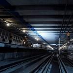 Egy 18 éves srác futott be reggel a metróba