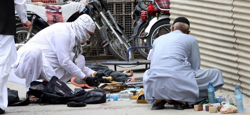 Támadás érte a pakisztáni tőzsde épületét, hét halottról tudni