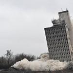 Videón, ahogy felrobbantják a VITUKI dél-pesti toronyházát