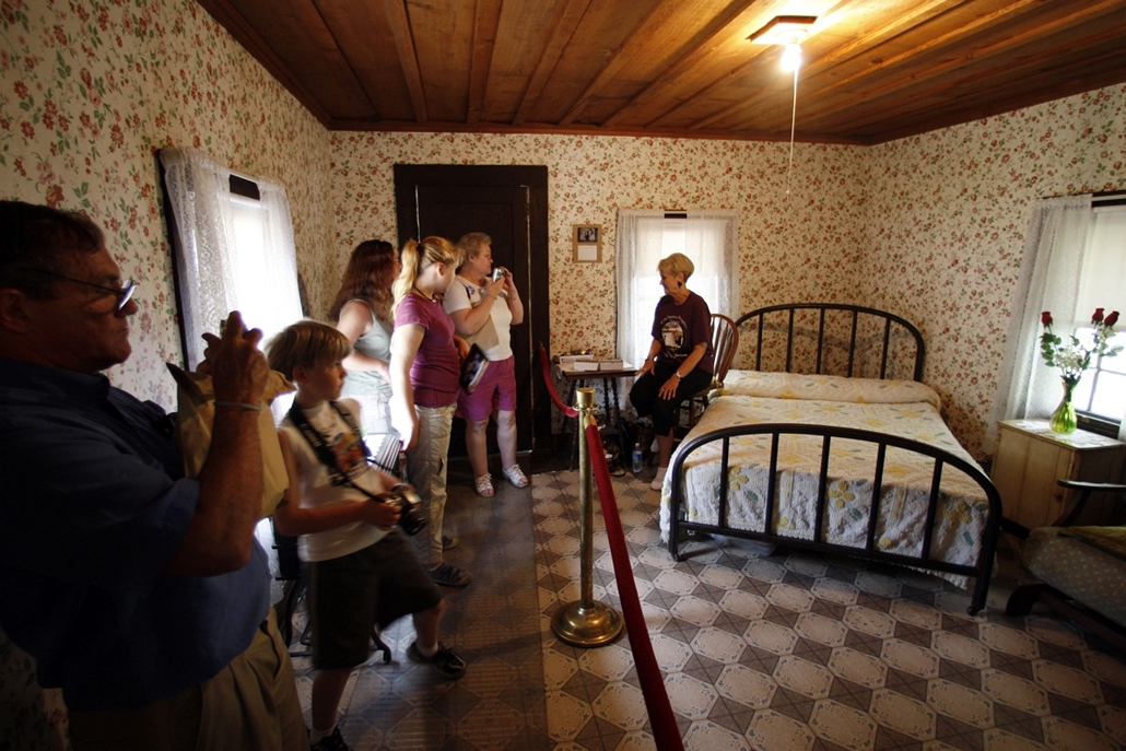 afp. Elvis Presley 80 nagyítás - 2007.08.16. UNITED STATES, Tupelo : Visitors tour the birthplace of Elvis Presley on the 30th anniversary of his death, 16 August 2007, in Tupelo, Mississippi. Presley was born 08 January 1935 in this two-room house built