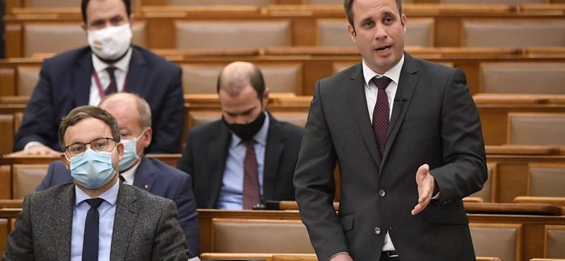 Busztenderrel vágott vissza a Szájer-ügyre a Fidesz a parlamentben