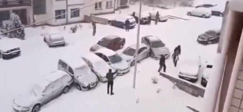 Mint a dominó, úgy koccolták végig egymást az autók ebben a jeges utcában – videó
