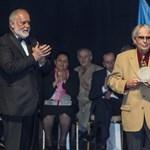 Antirasszista díjat kaptak, akik visszaadták a lovagkeresztet Bayer Zsolt miatt