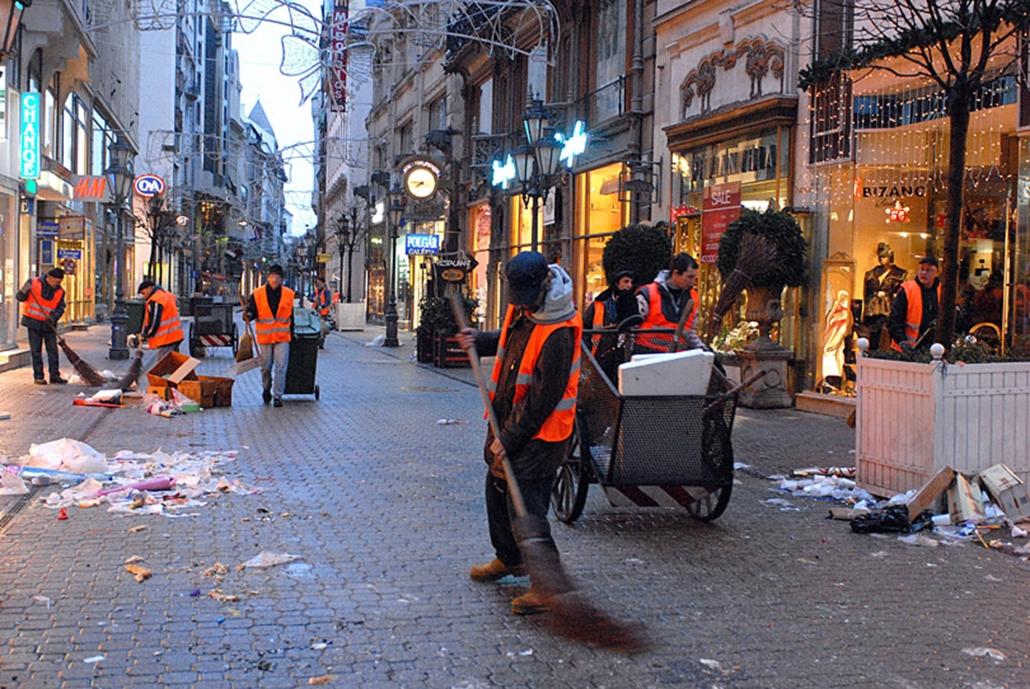Szilveszter utáni takarítás Budapesten a Váci utcában. A Fővárosi Közterület-fenntartó Zrt. célgépei és több száz alkalmazottja tisztította meg a város közterületeit a szilveszter éjjel felhalmozódott, nagy mennyiségű szeméttől.