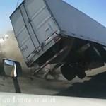 Ettől a balesettől tart minden kamionos – videó