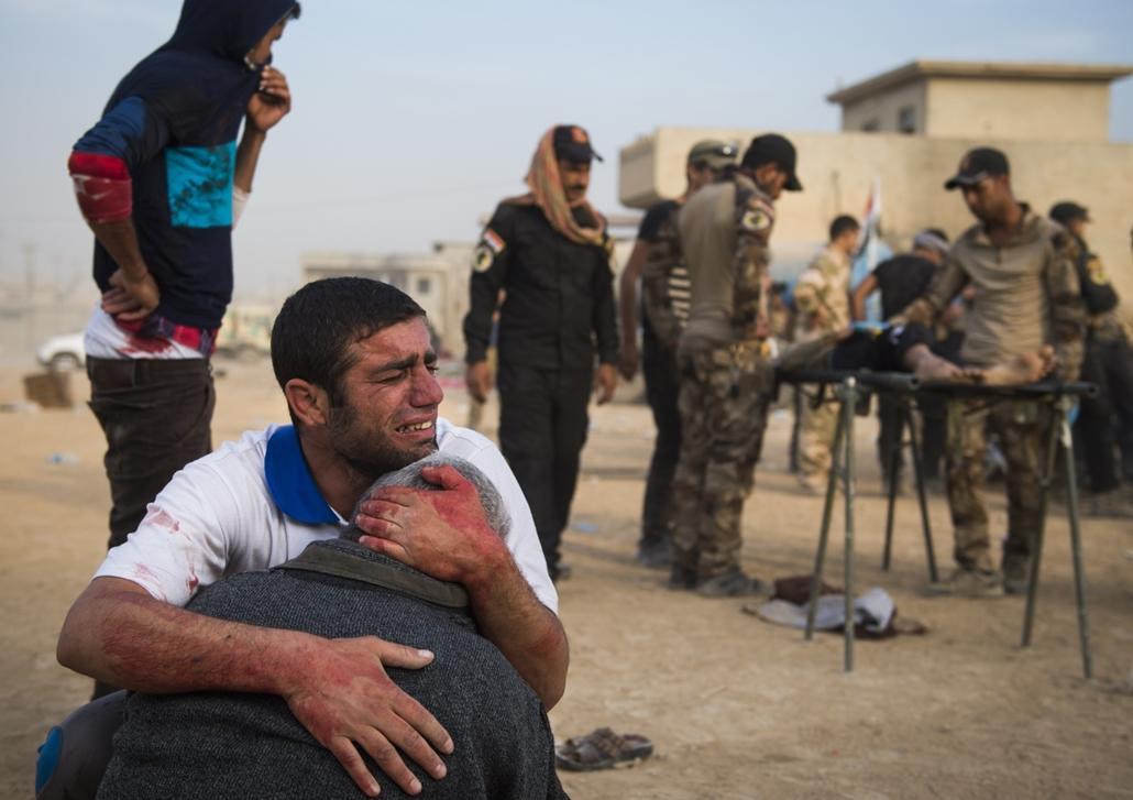16.11.12. Férfiak gyászolják szeretteiket Mosul mellett