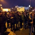 """""""Eltemettük a közoktatást"""" - gyertyás menettel tiltakoztak a középiskolások"""