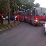 Szabálytalanul parkoló autó blokkolta a zuglói trolikat a reggeli csúcsban – fotó