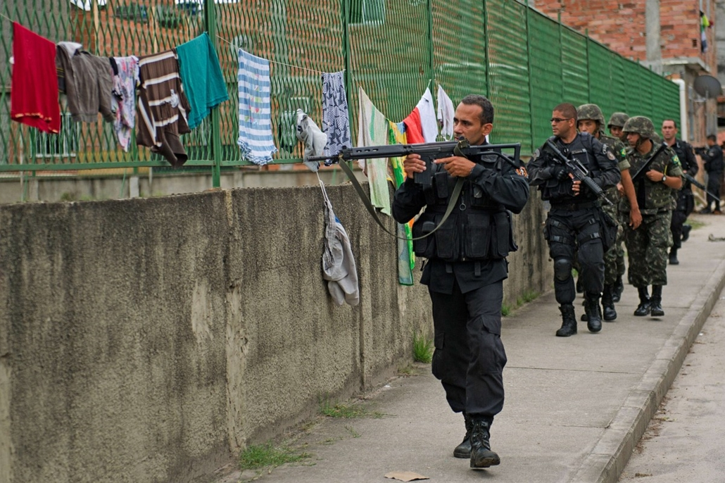 7 képei 0324-330 - Brazilia, Rio de janeiro, 2014.03.26. PM paramilitary police BOPE special unit personnel (in black) mantain security for Brazilian soldiers conducting a search for weapons in the Favela da Mare slum complex in the northern surburbs of R