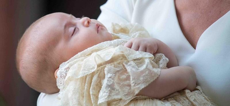 Százas vigyort villantott a kis Lajos herceg a keresztelőn – fotó!