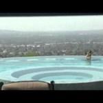 Tévésztár lett a medencében fürdő medve - videó