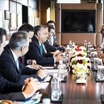 Orbánék a Huawei elnökével is leültek Sanghajban