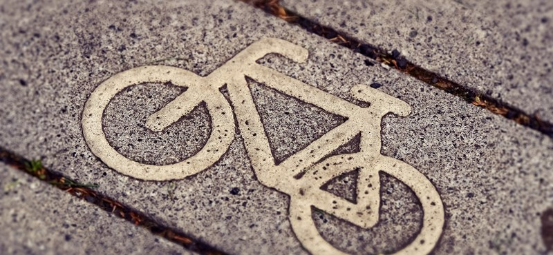 245 millióért épült új kerékpárút Békés megyében, de az átadása előtt szétrepedt